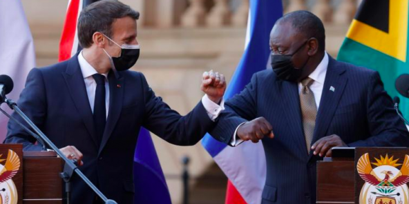 Le président sud-africain Cyril Ramaphosa et son homologue français Emmanuel Macron, à Pretoria en Afrique du Sud, le 28 mai 2021.