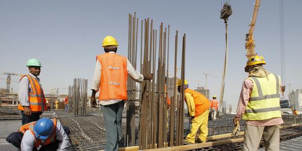Selon la Banque mondiale, les pays accueillant les travailleurs africains ont été plus résilients que prévu. Ici, des ouvriers sur un chantier au Qatar, en 2010.