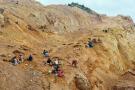 Sur cette photographie prise le 4 avril 2018, des chercheurs d'or creusent sur un site minier de la ville camerounaise de Bétaré-Oya.