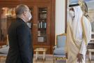 L'émir du Qatar Cheikh Tamim bin Hamad al-Thani rencontre le Premier ministre de Tunis Hichem Mechichi (L) à Doha, au Qatar, le 31 mai 2021.