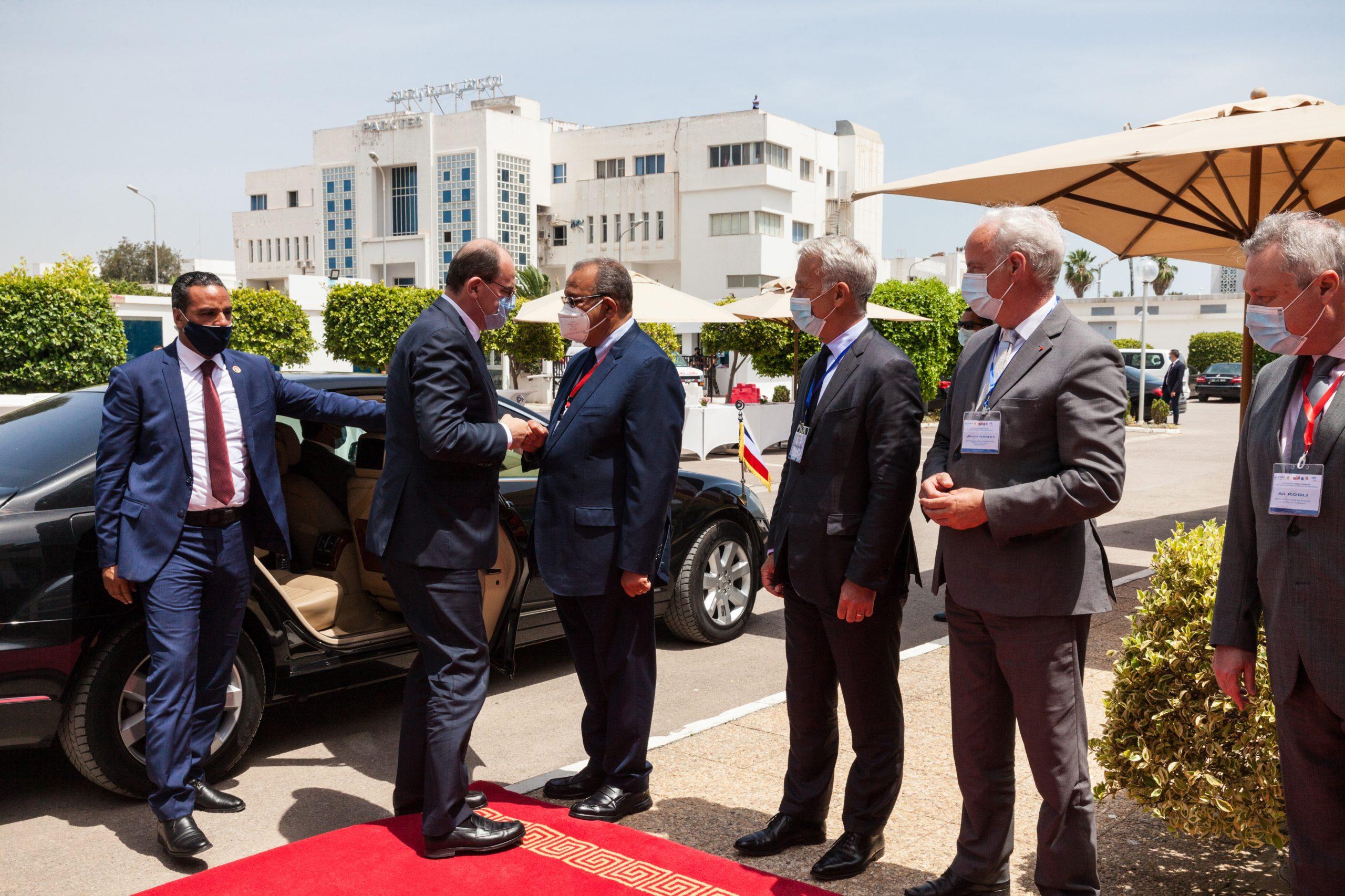 Les délégations tunisienne et française conduites par le Premier ministre tunisien Hichem Mechichi et son homologue français Jean Castex se rencontrent à Tunis, le 3 juin 2021.