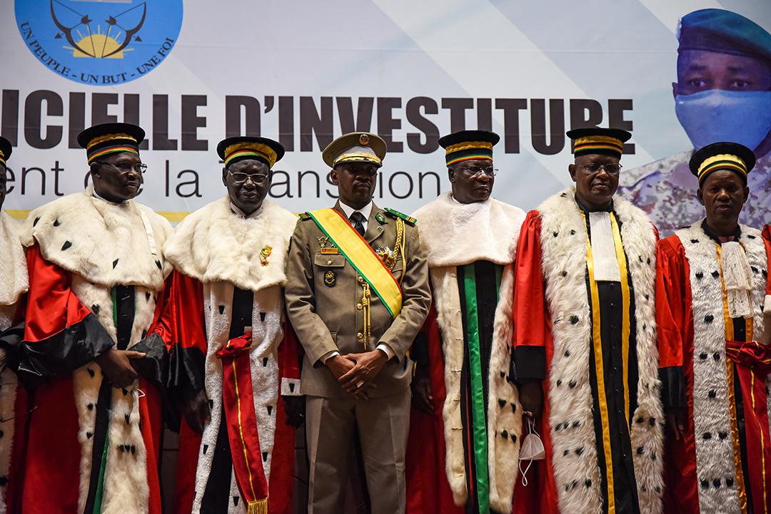 Assimi Goïta entouré de membres de la Cour suprême lors de son investiture à Bamako, le 7 juin 2021