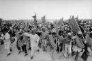 Le 6novembre 1975, 350000Marocains lancent la Marche verte vers le Sahara occidental.Cela conduit au départ des Espagnols, à la restitution d'une partie du Sahara au Maroc et à la Mauritanie.