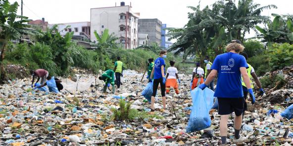 Lors d'une opération de ramassage de déchets sur le fleuve Wouri, à Douala, organisé par l'ONG River Cleanup le 7 juin 2021.