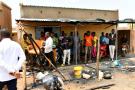 Des habitants se rassemblent sur le site d'une attaque dans le village de Solhan, dans la province de Yagha, à la frontière du Niger, au Burkina Faso, le 7 juin 2021.