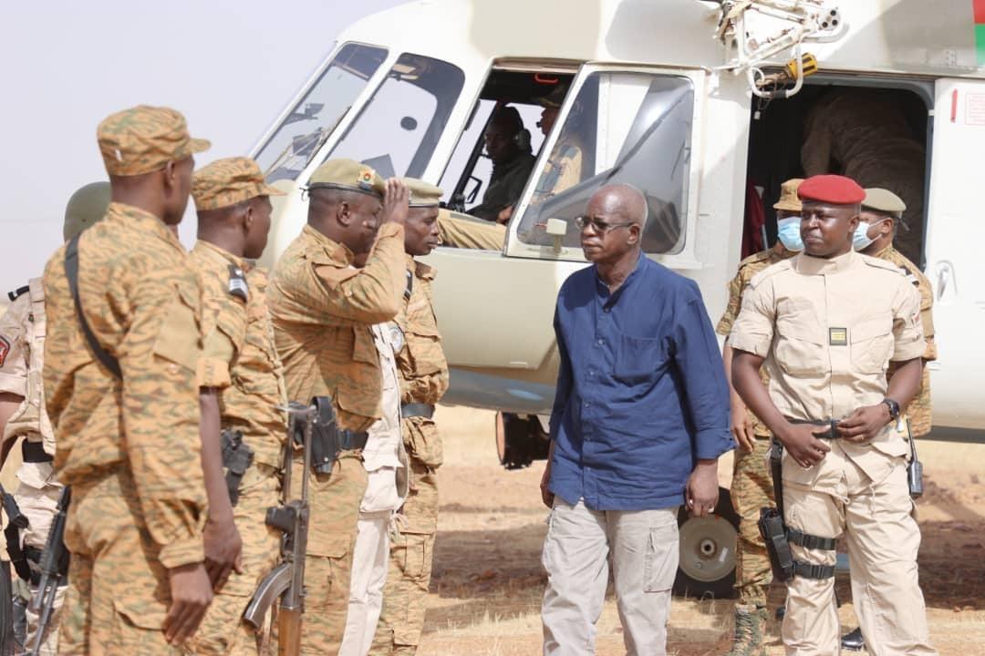 Le ministre de la Défense Cherif Sy arrive à Sebba, le 14 mai 2021.