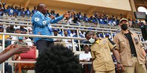 Faustin-Archange Touadéra, lors d'un meeting, sous la protection d'un mercenaire russe (au premier plan, à droite), le 19 décembre 2020 lors de la campagne présidentielle à Bangui.