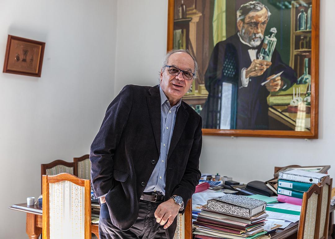 Hechmi Louzir, directeur de l'Institut Pasteur de Tunis, dans son bureau, le 7 avril 2020