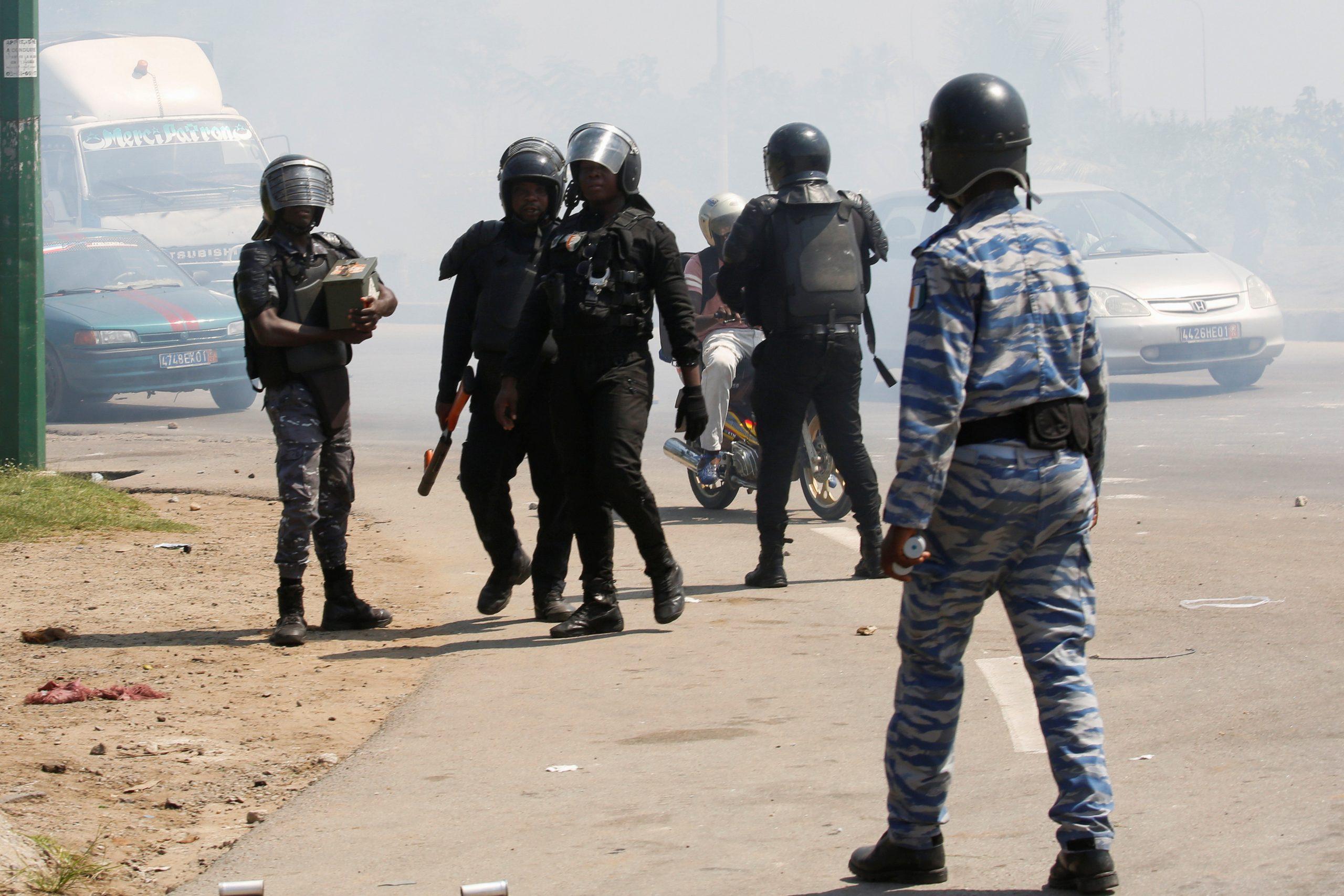 Des liciers dispersent un rassemblement de militants pro-Gbagbo, le 17 juin 2021 près de l'aéroport d