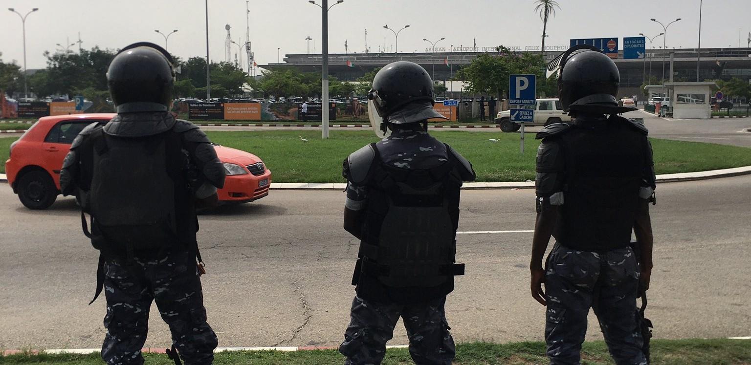 Des policiers contrôlent les entrées près de l'aéroport d'Abidjan, le 17 juin 2021.
