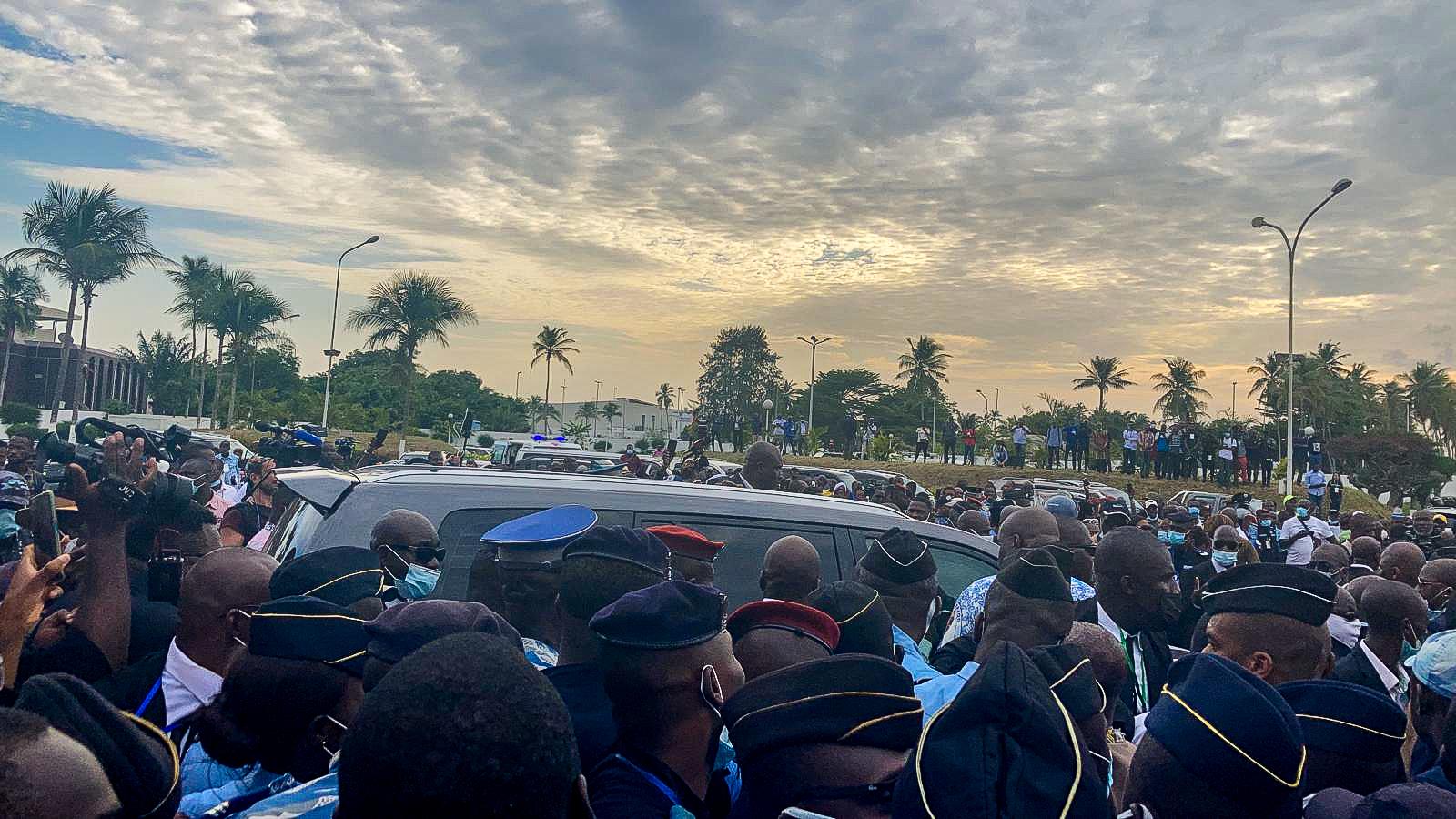 La voture dans laquelle Laurent Gbagbo a pris place, entourée par les partisans de l'ancien président ivoirien, à l'aéroport d'Abidjan le 17 juin 2021.