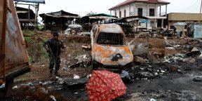 Un soldat camerounais de la Brigade d'intervention rapide (BIR)dans les décombres d'une attaque à Buea, dans les régions anglophones, le 4 octobre 2018 (archives).