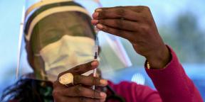 Une infirmière prépare une dose de vaccin dans une clinique proche de Johannesburg, le 25 mai 2021.
