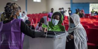 Les Éthiopiens ont voté lors des élections législatives dans un centre de vote de la capitale Addis-Abeba, en Éthiopie, lundi 21 juin 2021.