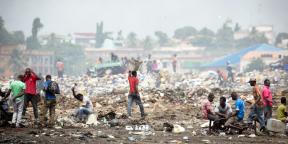 Des hommes travaillent sur une décharge de déchets électroniques à la périphérie d'Accra, au Ghana, le 9 avril 2015.