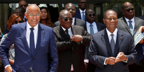 Le président ivoirien Alassane Ouattara aux côtés de son Premier ministre Patrick Achi et de son ministre de la Défense, Tene Birahima Ouattara, le 17 avril 2021 au palais présidentiel  Abidjan.