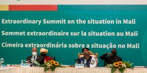 Le président du Ghana et le président de la Cedeao, lors du sommet extraordinaire de la Cedeao sur la situation au Mali, à Accra, le 30 mai 2021.