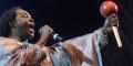 Le chanteur sénégalais Baaba Maal se produit sur scène le 11 décembre 2015 sur la place de l'Obélisque à Dakar, lors d'un concert pour la Planète organisé le dernier jour de la COP21.