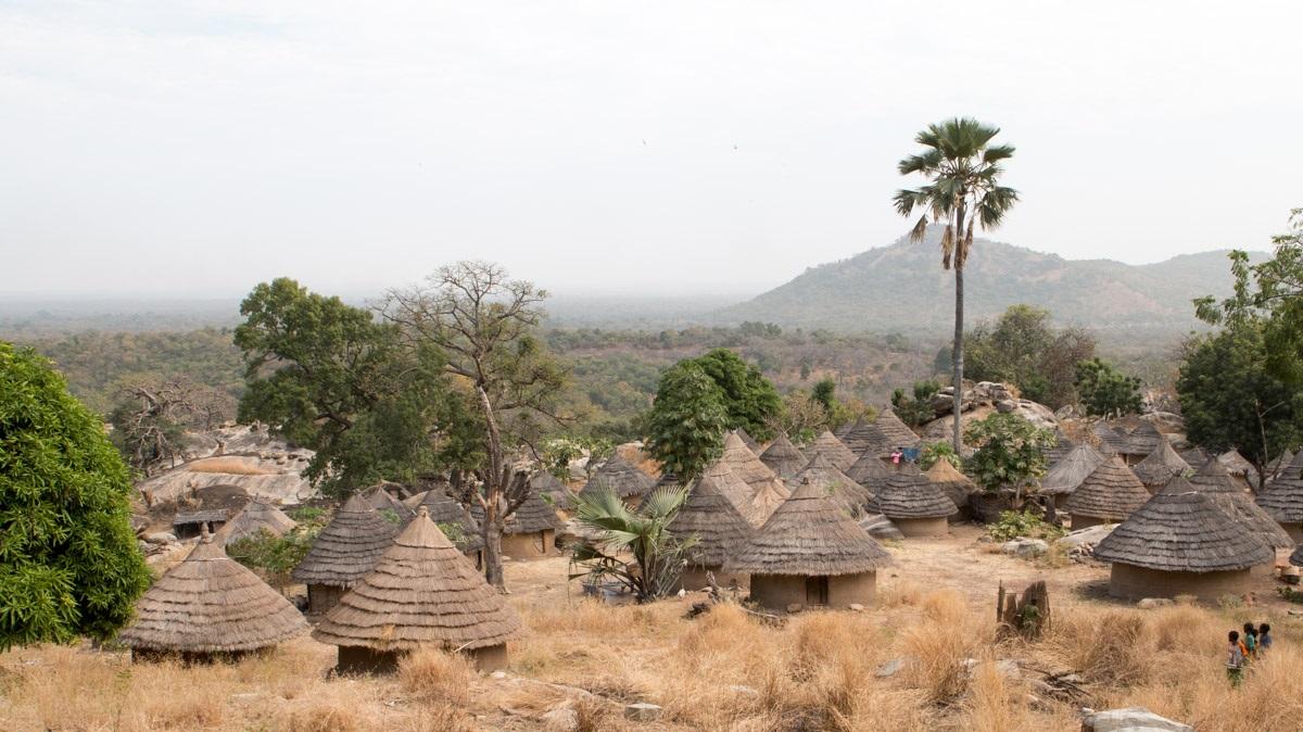 Vue d'Andyel, village en pays Bandafassi au sud-est du Sénégal.