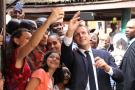Le président français Emmanuel Macron pose pour des selfies lors d'une visite au lycée français Louis Pasteur le 4 juillet 2018 à Lagos.