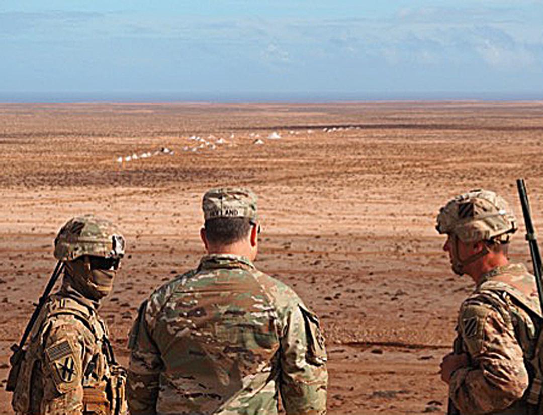 Un militaire des Forces spéciales américaines prépare l'exercice final, en arrière-plan la cible «numéro une», qui sera visée par de l'artillerie lourde.