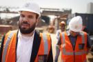 Le milliardaire israélien Dan Gertler, à gauche, fait une visite du complexe minier de cuivre et de cobalt Katanga Mining Ltd avec Shimon Cohen, son conseiller en communication. À Kolwezi le 1er août 2012.