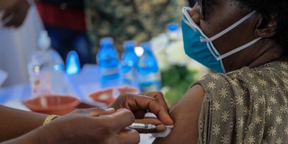 Un médecin ougandais reçoit la première injection du vaccin AstraZeneca à l'hôpital de Mulago à Kampala, le 10 mars 2021.