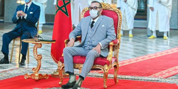 Le roi Mohammed VI et Othman Benjelloun (à g.), le 6 juillet 2021, au Palais royal de Fès, lors de la cérémonie de signature des accords de coopération avec Sinopharm.