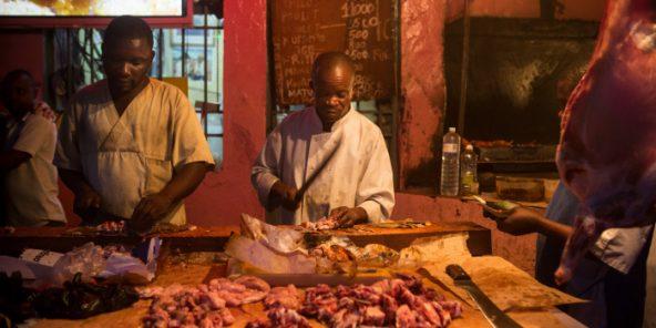 Cheetah 2, situé dans le quartier animé de Beau Marché, l'un des lieux populaires où manger de la chèvre grillée, boire un verre et danser à Kinshasa, capitale de la République démocratique du Congo, le  27 septembre 2014.