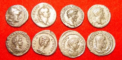 Huit pièces de denarii romains.