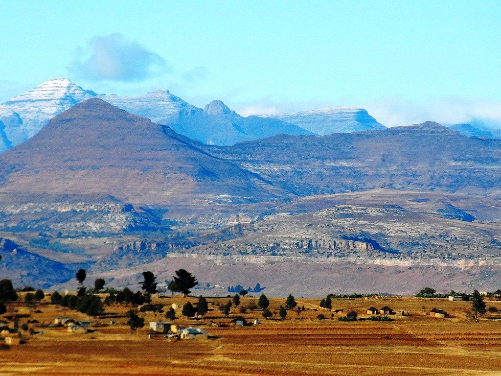 Panorama des monts Maluti avec des sommets enneigés à l'arrière-plan.