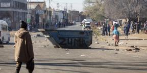Des manifestants érigent une barricade en Afrique du Sud, le dimanche 11 juillet 2021.