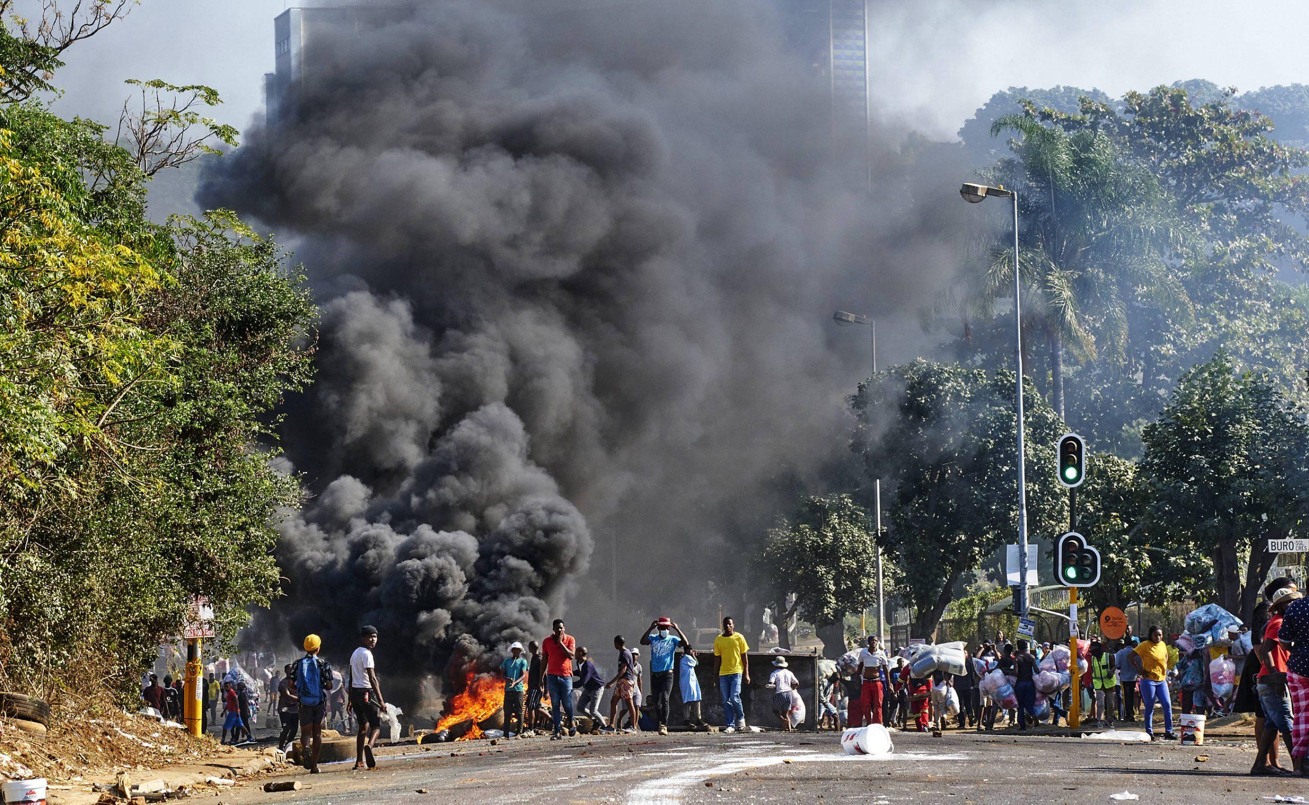 Des pillards devant un centre commercial à Durban, en Afrique du Sud, le 12 juillet 2021.