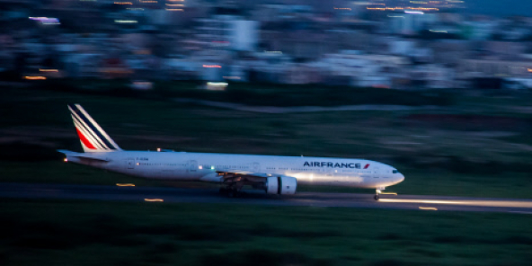 Arrivée d'un vol Air France, vue de la tour de contrôle de l'aéroport International Leopold Sedar Senghor, à Dakar.