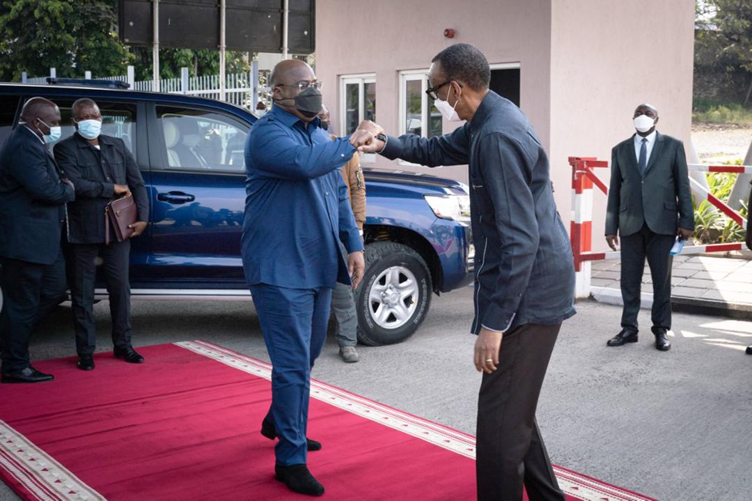 Le président rwandais Paul Kagame accueille le président de la RDC Félix Tshisekedi au poste frontière de la Grande Barrière à Rubavu, au Rwanda, le 25 juin 2021.