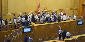 Les agents de l'ARP ont empêché les députés de la Coalition Al Karama de monter sur la tribune de la présidence, le 16 juillet 2020.