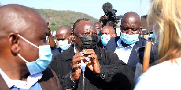 Le président sud-africain Cyril Ramaphosa visite une zone de Durban durement touchée par les troubles, en Afrique du Sud, le vendredi 16 juillet 2021.