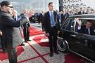 Le roi du Maroc Mohammed VI salue le président français Emmanuel Macron lors de son départ après l'inauguration d'une ligne à grande vitesse à la gare de Rabat le 15 novembre 2018.