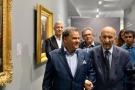 L'ancien Premier ministre Abderrahmane Youssoufi visitant le Musée Mohammed-VI d'art contemporain, à Rabat, aux côtés de Mehdi Qotbi (à g.)