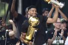 Giannis Antetokounmpo célèbre la victoire de son équipe les Milwaukee Bucks à l'issue du championnat américain de NBA le 22 juillet 2021