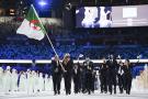 Amel Melih et Mohamed Flissi portent avec bonheur et fierté le drapeau de l'Algérie lors de la cérémonie d'ouverture des JO de Tokyo 2020, au stade olympique, le 23 juillet 2021.