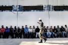 Lors de la révolution libyenne, des rebelles emmènent la presse interviewer les prisonniers qu'ils ont capturés lors des combats pour Benghazi.
