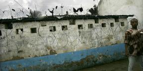 Dans la cour de la prison de Bunia le 30 mars 2006, en RDC.