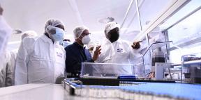 Le président sud-africain Cyril Ramaphosa dans l'usine de fabrication stérile d'Aspen Pharmacare, le 29 mars 2021 à Gqeberha, en Afrique du Sud.