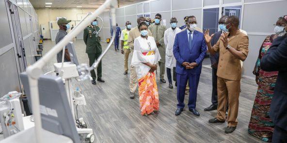 Macky Sall, le 27 juillet 2021, lors d'une visite au Centre de traitement des épidémies, à Dakar.
