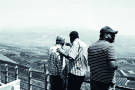 Touristes libanais sur le promontoire surplombant la «ligne bleue» au sud du Liban, à la frontière avec Israël, en 2016.