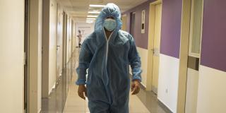 Un médecin algérien dans un hôpital d'Oran, le 1er avril 2021.