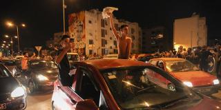 Dans les rues du gouvernorat de l'Ariana près de Tunis, le 25 juillet 2021, des manifestants fêtent la décision du président tunisien de limoger le gouvernement, de suspendre le Parlement et l'immunité de tous ses membres.
