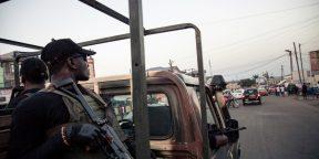 Des soldats de la 21e brigade d'infanterie motorisée patrouillent dans les rues de Buea, dans la région du Sud-Ouest du Cameroun, le 26 avril 2018.