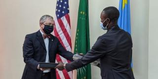 Paul Sabatine, le directeur de mission de l'USAID (à g.), et Samy Adubango, le vice-ministre congolais des Affaires étrangères, à Kinshasa, le 20 juillet 2021.